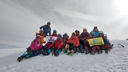 德阳市登山户外运动和救援协会成功登顶岗什卡雪峰